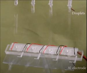 Wassertropfen-Generator erzeugt Strom für 140 LED-Lampen
